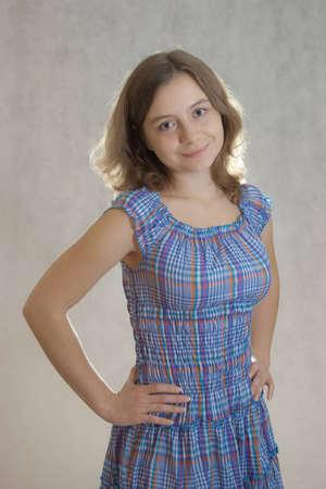 mani sui fianchi: ragazza in piedi le mani sui fianchi