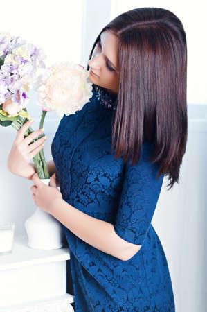 Jeune femme avec bouquet de fleurs Banque d'images