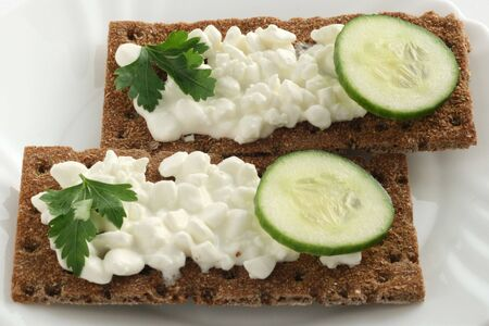 Bread crisps with cottage cheese