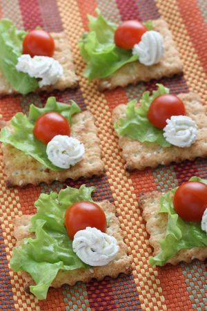 Crackers with creame cheese and tomato