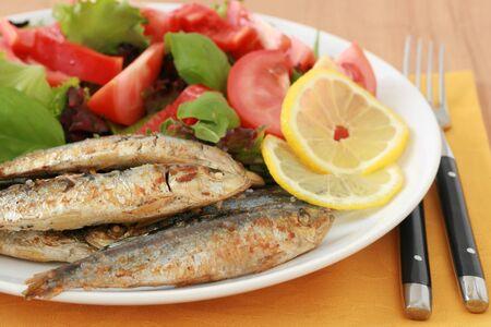 sardinas: Sardinas fritas con ensalada