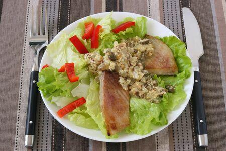 pescado frito con ensalada y salsa Foto de archivo - 10203970