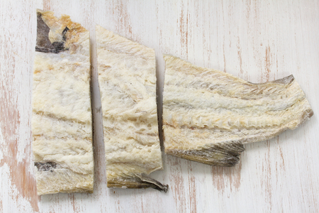 sal: bacalao salado en el fondo blanco