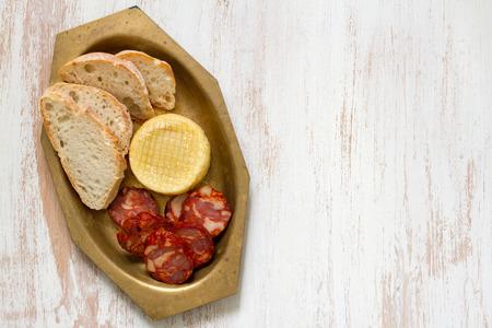 chorizo: chorizo with cheese and bread