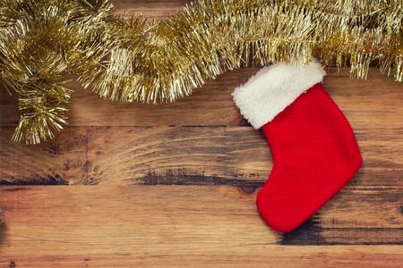 puertas de madera: Navidad roja colgando calcetín sobre fondo de madera marrón Foto de archivo