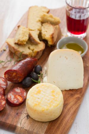pan y vino: queso con jamón ahumado, pan y vino tinto