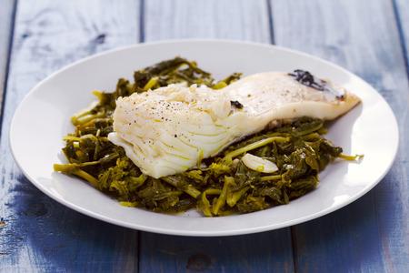 comida: bacalhau com grelos na placa branca