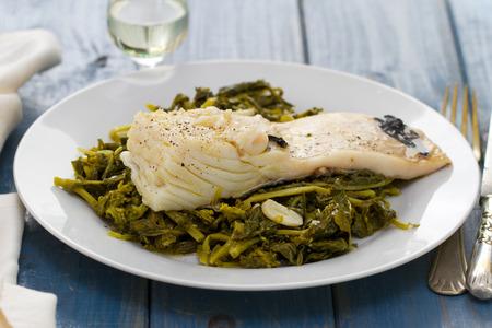 comida: bacalhau cozido com nabo na placa branca Imagens