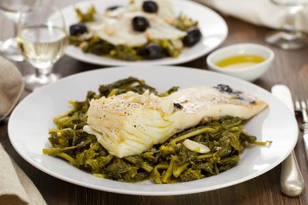comida: peixe cozido com nabo na placa branca Imagens