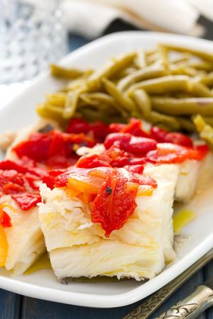 comida: bacalhau cozido com pimenta vermelha e feij Imagens