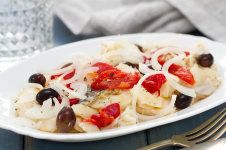 comida: bacalhau com pimenta e azeitonas no prato