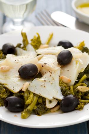 comida: bacalhau com azeitonas e verdes na placa branca