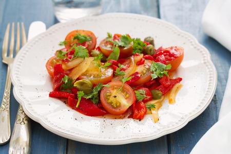 alcaparras: Ensalada de tomate, pimiento rojo y alcaparras en la placa