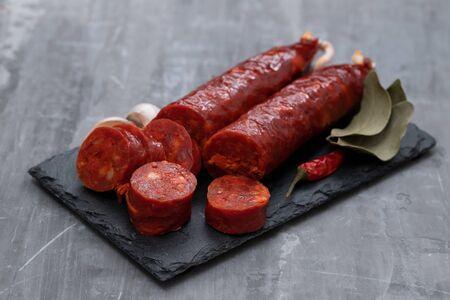 chorizo de saucisse fumée espagnole sur planche de céramique noire Banque d'images