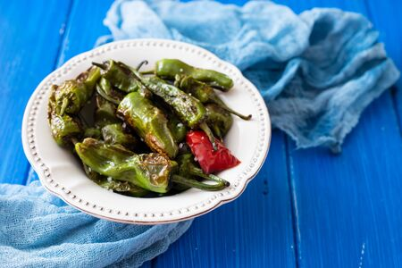 grilled green pepper on white plate on wooden background 免版税图像