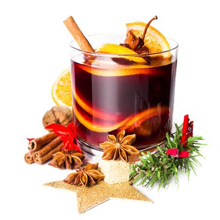 クリスマス ホットホット ワイン冬のクローズ アップ ホワイト バック グラウンドの分離のスパイス。