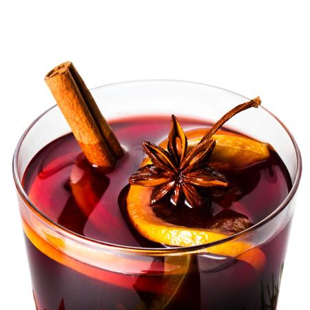 赤いホットホット ワイン冬やクリスマスのオレンジ スライス、アニス、シナモンスティックをクローズ アップ ホワイト バック グラウンド上に分 写真素材