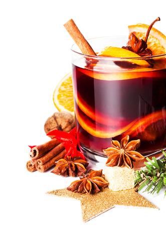 グラスにオレンジ スライス、アニス、シナモンスティック、白地に分離された冬とクリスマスのホット赤グリュー ワイン マクロ 写真素材
