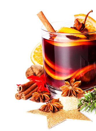 Glas met Hete rode glühwein voor de winter en kerst met orange slice, anijs en kaneel geïsoleerd op een witte achtergrond, macro Stockfoto - 23876127