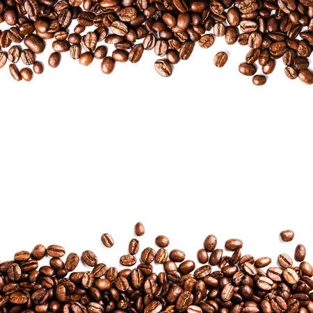 semilla de cafe: Roasted Coffee Bean fondo aislado sobre fondo blanco. Primer plano de los granos de café de textura. Foto de archivo