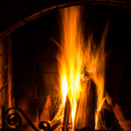 chimney corner: Great Home Fuego que arde en la chimenea de ladrillo. Fuego Estacional y fiestas, Primer