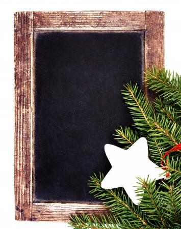 Vintage leisteen krijt bord met Kerst ornamenten op een witte achtergrond. Kerstboom tak van de spar op oude Blackboard frame. Stockfoto - 24192202
