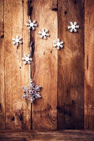 お祭りの装飾品や古い木造壁に雪とクリスマスの背景。昔ながらの copyspace でクリスマスの装飾。 写真素材
