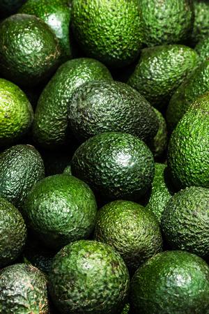 アボカドの背景。市場 stail の新鮮な緑のアボカド。食品の背景。