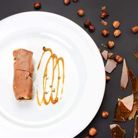 to cake layer: Torta al cioccolato con strato di caramello Archivio Fotografico