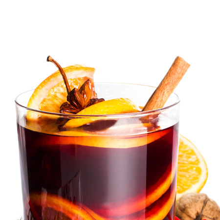 vin chaud: Hot wine for winter and Christmas Holidays with  orange and  spices isolated on white background, closeup. Banque d'images
