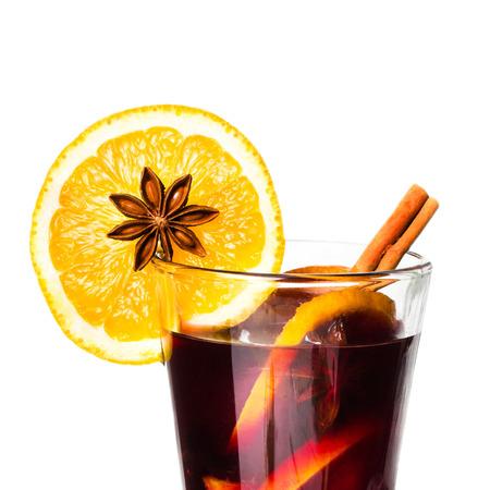 vin chaud: Vin chaud pour l'hiver et les vacances de No�l � l'orange et les �pices isol� sur fond blanc, gros plan.