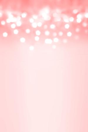 白い輝きライトとクリスマスの背景。ボケ味を持つ抽象おもしろがって明るい背景デフォーカス シルバー ライト