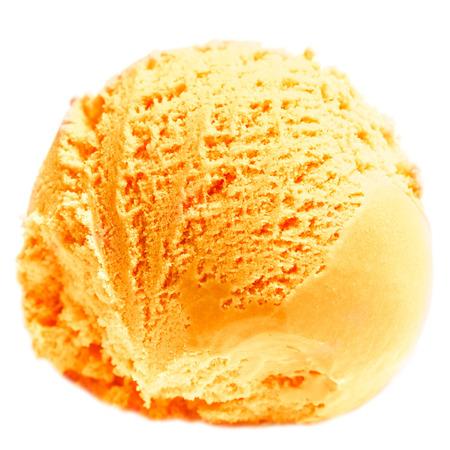 マンゴーのアイスクリームは、白い背景で隔離のスクープ。ボールのオレンジ レモンのアイスクリームをクローズ アップ。