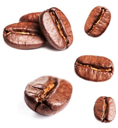 granos de cafe: Colecci�n de los granos de caf� aislados en el fondo blanco, primer, macro