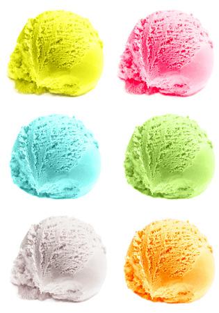 pelota: Cuatro cucharadas de helado aislados. Paletas mixtas de t� verde, menta, vainilla, mango helados Bolas macro.