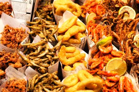 fish and chips: Fish & Chips sirven en el peri�dico en un puesto del mercado. Porciones de comida para llevar pescado y patatas fritas.
