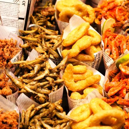 fish and chips: Fish & Chips sirven en el periódico en un puesto del mercado. Porciones de comida para llevar pescado y patatas fritas.