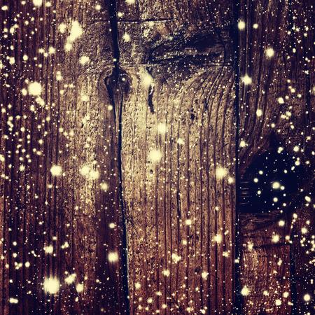 schneeflocke: Weihnachten Hintergrund mit Schnee und Weihnachtslichter auf dunklem Holzbrett - Weihnachtskarte mit Kopie Platz f�r Gru�text. M�rchen Zauberkarte