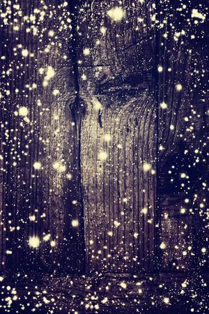 neige qui tombe: D�coration de No�l avec des flocons de neige tomber et des lumi�res de No�l � bord en bois fonc� - Carte de No�l avec copie espace pour le texte de voeux Banque d'images