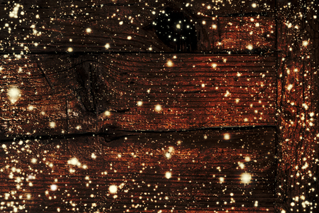 어두운 갈색 나무 보드에 떨어지는 눈송이와 크리스마스 조명과 어두운 크리스마스 장식 - 크리스마스 카드