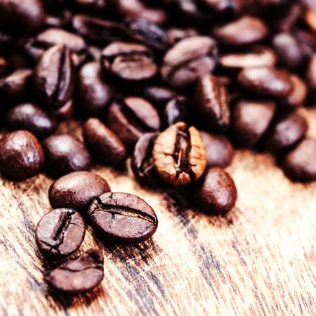 frijoles: Granos de caf� en la imagen vista desde arriba de fondo macro caf� molido,. Tostadora de caf� �rabe - ingrediente de la bebida caliente de cerca