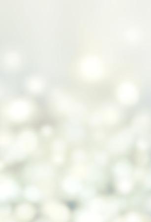 抽象的なボケ味のライト灰色の背景 - ブルー クリスマス ライト、美しいクリスマスの背景の円形の反射。