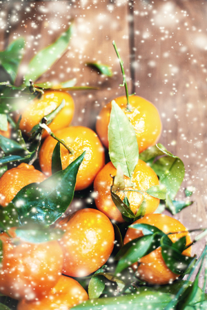 motivos navide�os: Christmas composition with tangerines and falling snow flakes. Christmas Card. New Year holiday decoration