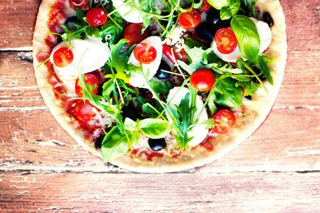 Heerlijke Italiaanse pizza's geserveerd op houten tafel. Bovenaanzicht Pizza margherita op zwarte tafel. Stockfoto - 77239005