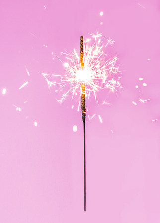 クリスマスのきらびやかな花火。装飾照明要素。お祝いマジックは火花の休日のポスター、誕生日やパーティーのコンセプトのためのライトです。