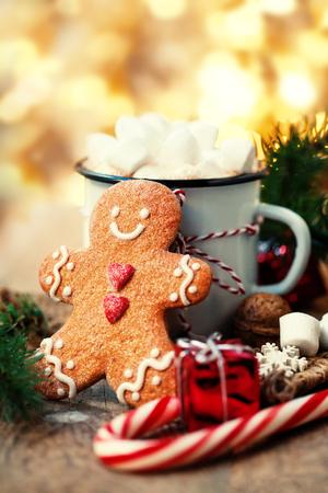 Tarjeta de Navidad con chocolate caliente con malvavisco, galleta de hombre de pan de jengibre, ramas de abeto, decoraciones navideñas de Navidad Foto de archivo - 88246175