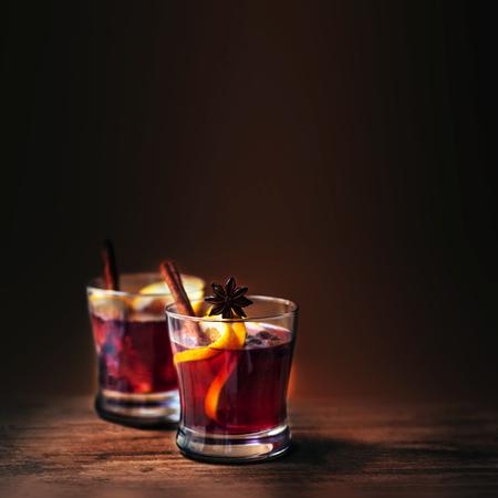 冬、copyspace の木製の背景にクリスマス ホット マルドのワイン。 オレンジ色の果物とスパイスをレッド ・ ホット ワイン 写真素材
