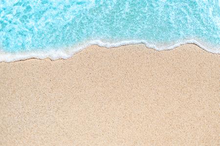 Imagen de fondo de onda suave del océano azul en la playa de arena. Ola oceánica de cerca con espacio de copia de texto