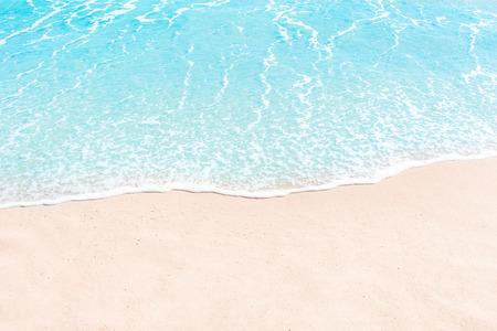 Zachte golf van blauwe oceaan aan zandstrand. Zomer achtergrond. Copyspace