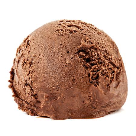Deliziosa palla di gelato al cioccolato isolata su uno sfondo bianco. Archivio Fotografico